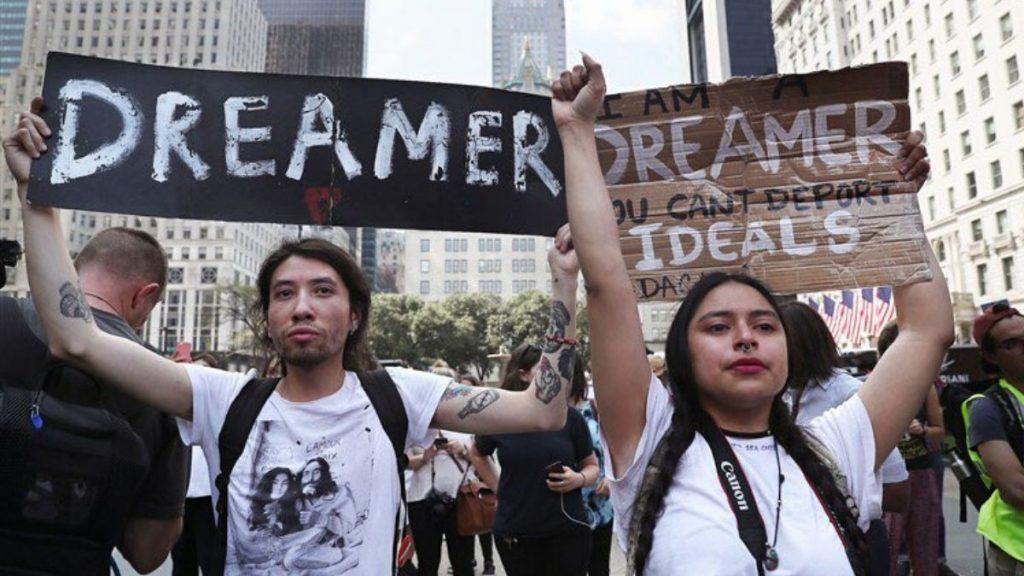 Jóvenes migrantes se manifiestan en defensa del DACA, el jueves 18 de junio de 2020.