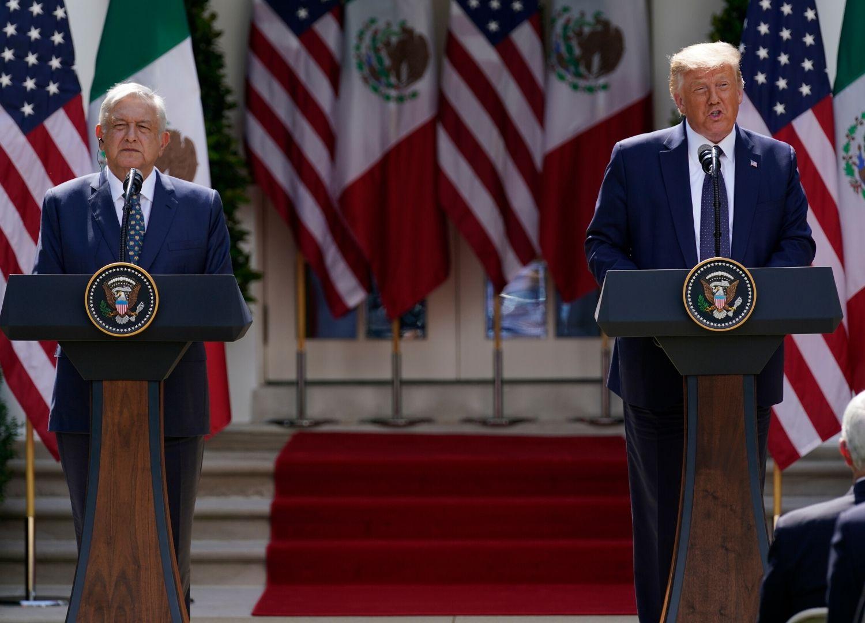 El presidente de México, Andrés Manuel López Obrador y Donald Trump durante un mensaje a medios, en la Casa Blanca, el 8 de julio de 2020.